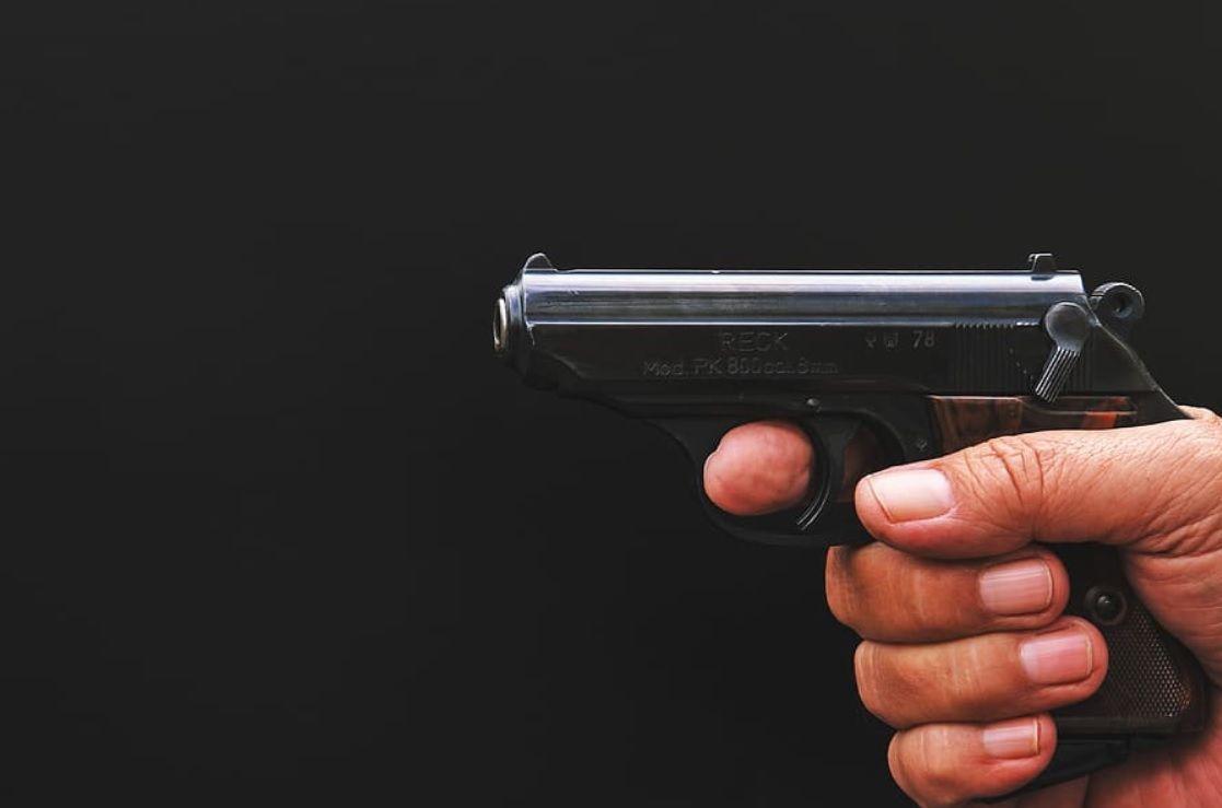 Muž zastřelil v Rokycanech svou družku před synovýma očima, dostal 16 let