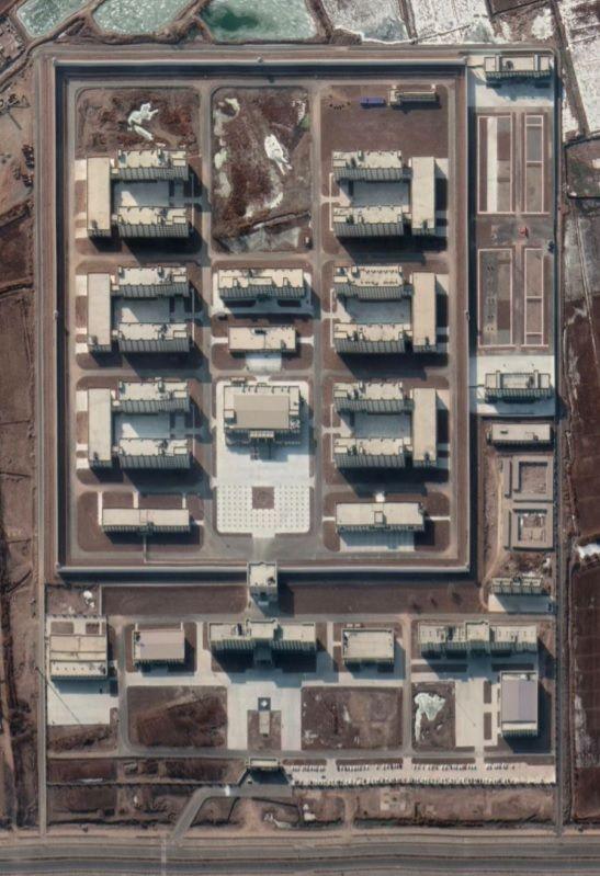 Čína postavila už 380 internačních táborů pro Ujgury a další minority v Sin-ťiangu, tvrdí australská studie